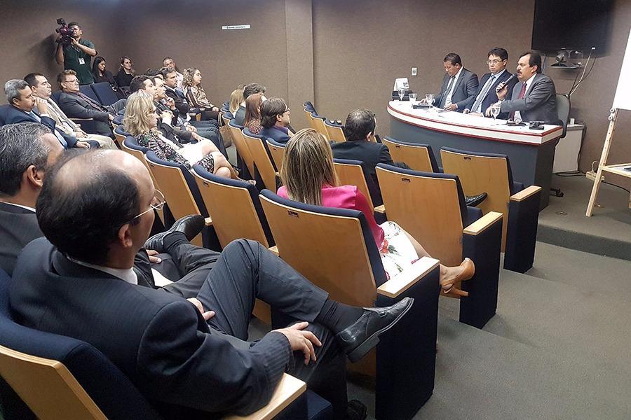 Reunião no auditório do Fórum Clóvis Beviláqua, em Fortaleza-CE