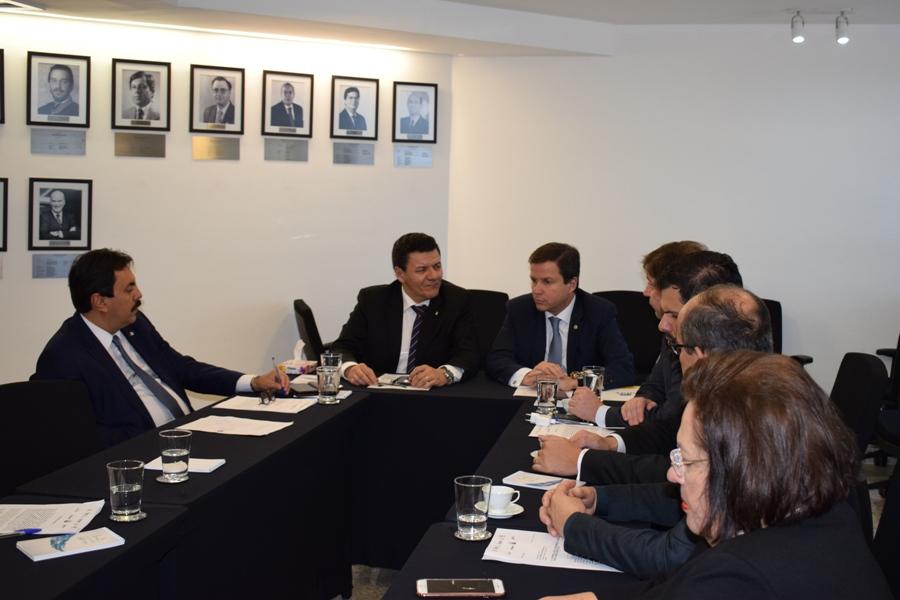 Claudio Lamachia com lideranças da Frentas em reunião na Ajufe