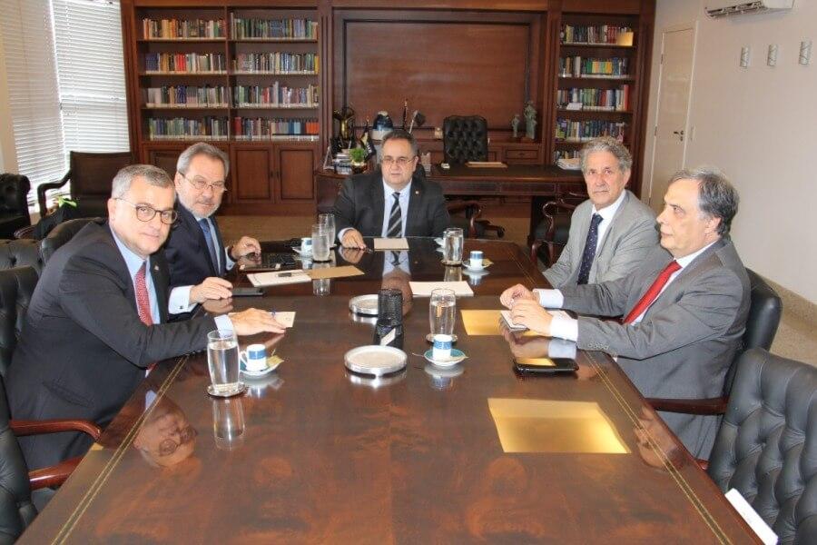 AMB prepara atuação para este semestre e renova convênio com a Universidade Autônoma de Lisboa